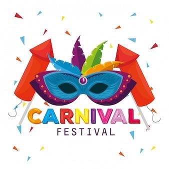Maschera con piume e fuochi d'artificio per la tradizionale celebrazione del carnevale