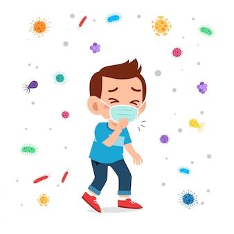 Mascheratore triste di uso di tosse del ragazzo sveglio del bambino
