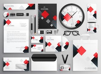 Materiale illustrativo creativo della cancelleria di affari fissato nel tema rosso
