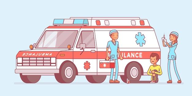 Medici vicino all'auto dell'ambulanza