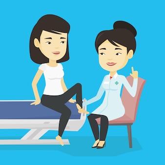 Medico della palestra che controlla caviglia di un paziente.