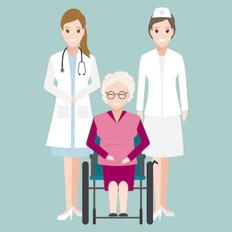 Medico e donna anziana seduta sulla sedia a rotelle