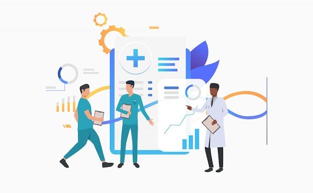 Medico e tecnici che discutono la cartella sanitaria