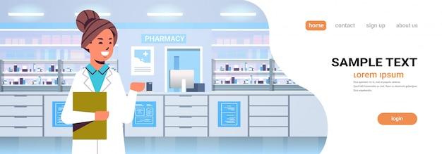 Medico femminile farmacista con appunti moderno farmacia farmacia interna medicina concetto sanitario orizzontale copia spazio ritratto