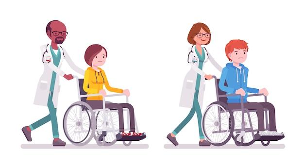 Medico maschio e femmina con paziente su sedia a rotelle