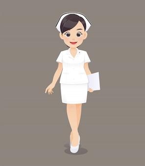 Medico o infermiere della donna in uniforme di bianco che tiene una lavagna per appunti