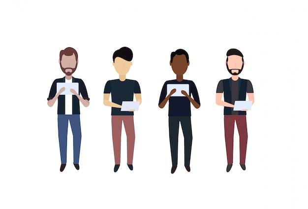 Mescolare l'uomo di razza utilizzando tablet in piedi posa senza volto di diverso colore di capelli personaggio dei cartoni animati maschile