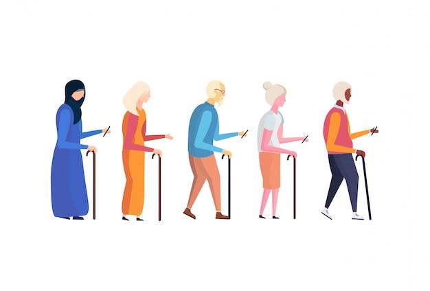 Mescolare la corsa anziani bastone da passeggio utilizzando smartphone nonno nonno gruppo nonna