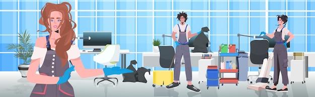 Mescolare la pulizia e la disinfezione del pavimento del team di detergenti da gara