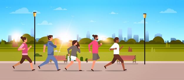 Mescolare le persone di razza jogging