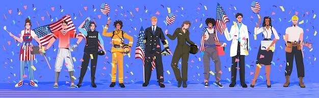 Mescolare persone di razza di diverse professioni che tengono la celebrazione della festa del lavoro delle bandiere degli stati uniti