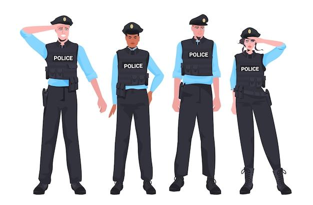 Mescolare poliziotti di razza in equipaggiamento tattico in piedi insieme a manifestanti poliziotti antisommossa