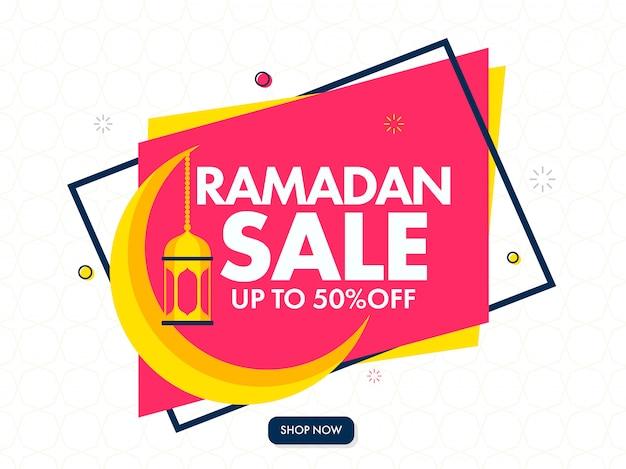Mese santo islamico di ramadan sale banner design con golden crescent moon e lanterne appese su sfondo rosa e bianco.