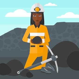 Minatore con carbone nelle mani