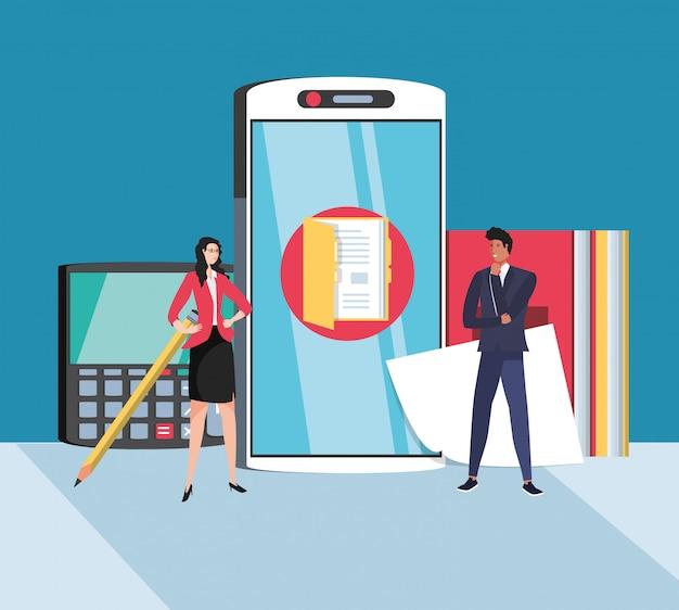 Mini coppie di affari con lo smartphone sul posto di lavoro