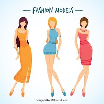 Modelli eleganti con le gambe lunghe
