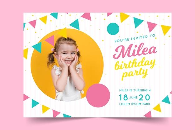 Modello del biglietto di auguri per il compleanno per il concetto dei bambini