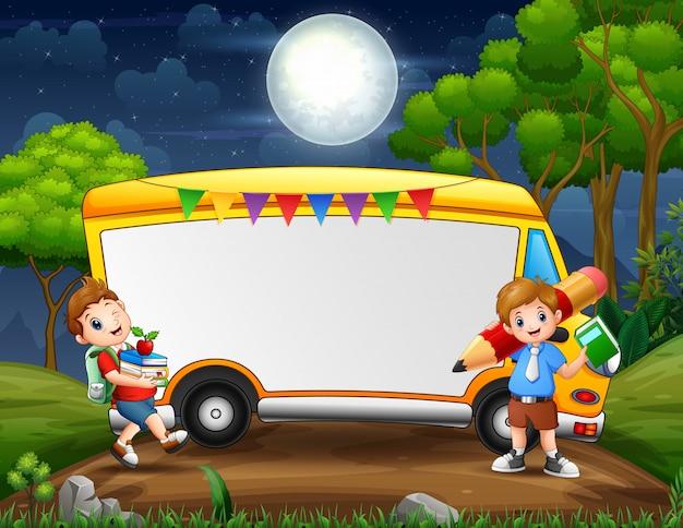 Modello del confine con i ragazzi al paesaggio notturno