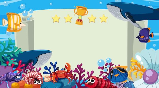 Modello dell'insegna con le creature del mare che nuotano nell'oceano