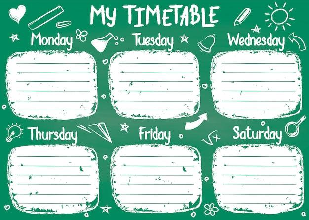 Modello dell'orario della scuola sul bordo di gesso con il testo del gesso scritto mano. shedule di lezioni settimanali in stile abbozzato decorato con scarabocchi scolastici disegnati a mano sul bordo verde.