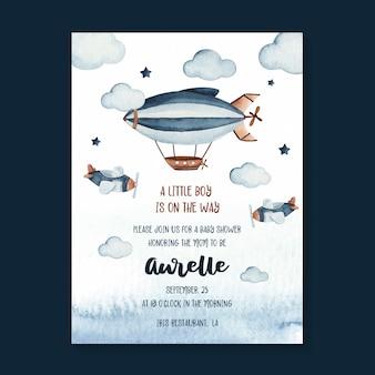 Modello della carta dell'invito della doccia di bambino dell'acquerello con l'illustrazione di scena del cielo e dello zeppelin