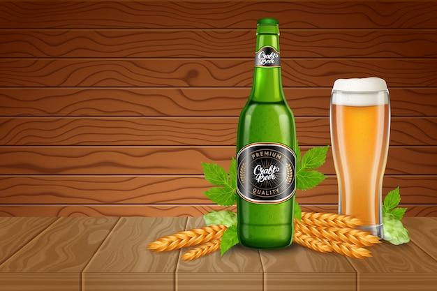 Modello di annunci di poster con bicchiere da birra alto realistico, malto, luppolo e bottiglia con birra leggera classica su uno sfondo di scrivanie in legno. illustrazione di uno stile 3d.