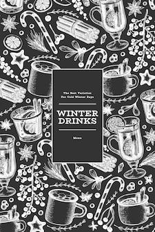 Modello di banner di bevande invernali. vin brulè disegnato a mano stile inciso, cioccolata calda, illustrazioni di spezie sulla lavagna. sfondo di natale vintage.