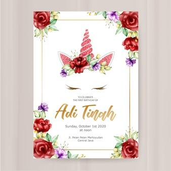Modello di biglietto d'invito compleanno, grafico di unicorno carino con corona di fiori