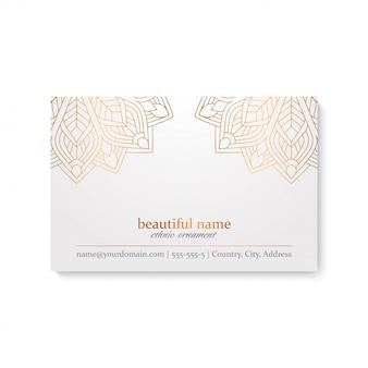 Modello di biglietto da visita di lusso con stile etnico, colore bianco e dorato