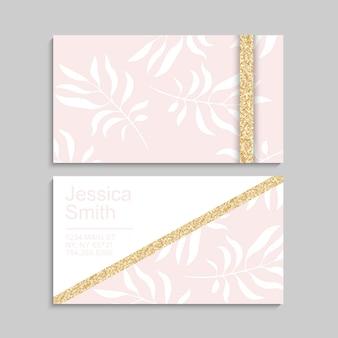 Modello di biglietto da visita rosa di lusso con foglie tropicali. con elementi dorati