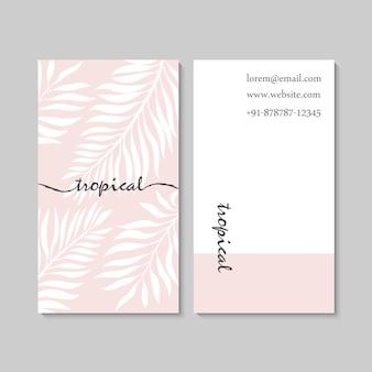 Modello di biglietto da visita rosa di lusso con foglie tropicali.