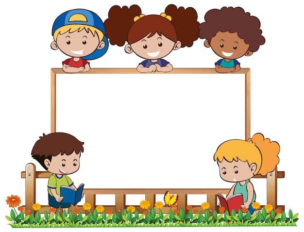 Modello di bordo con cinque bambini in giardino