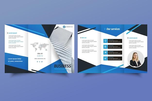 Modello di brochure a tre ante con foto con forme blu