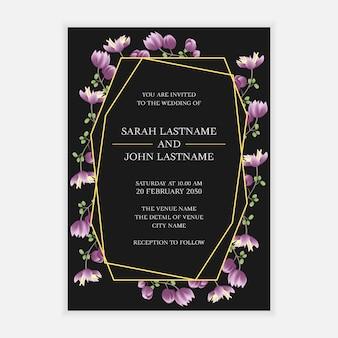 Modello di carta di invito di nozze con cornice di fiori viola