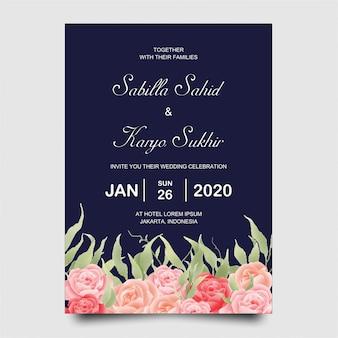 Modello di carta di invito di nozze con fiori rose e sfondo blu