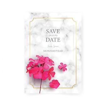 Modello di carta di invito di nozze con realistico di bellissimo fiore rosa su marmo bianco