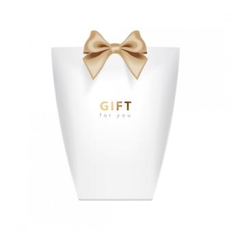 Modello di confezione regalo. realistico pacchetto bianco con fiocco oro