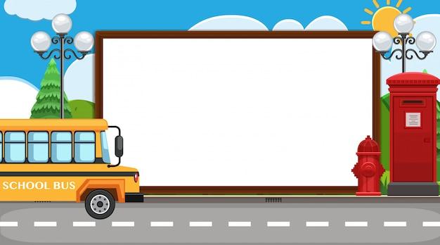 Modello di confine con scuolabus sullo sfondo strada