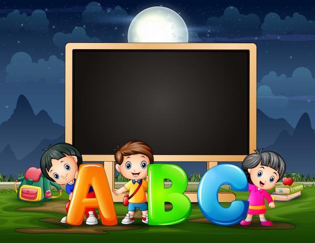 Modello di cornice con bambini che tengono alfabeto abc