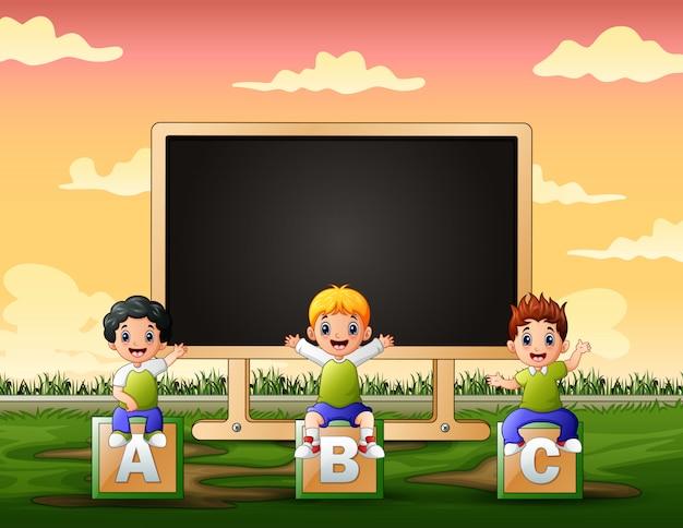 Modello di cornice con bambini seduti su alfabeto abc