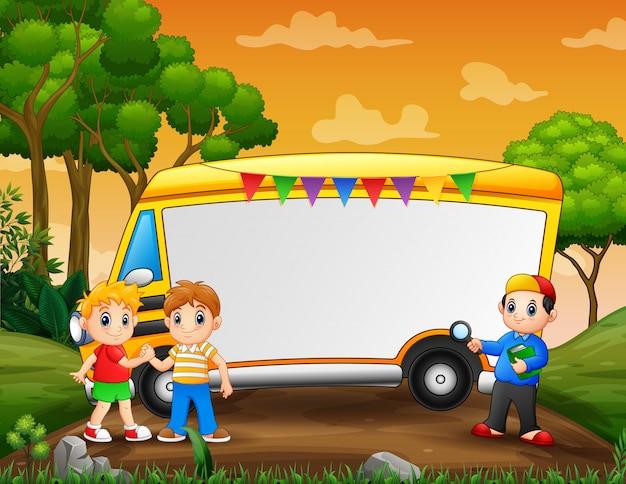 Modello di cornice con ragazzi che giocano nel parco
