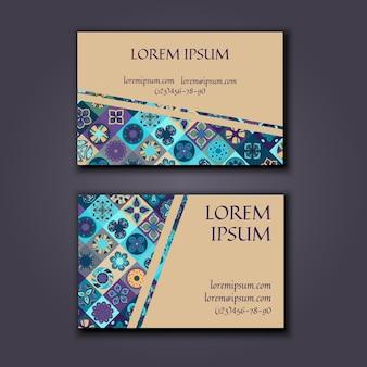 Modello di disegno del biglietto da visita con motivo geometrico mandala ornamentale.