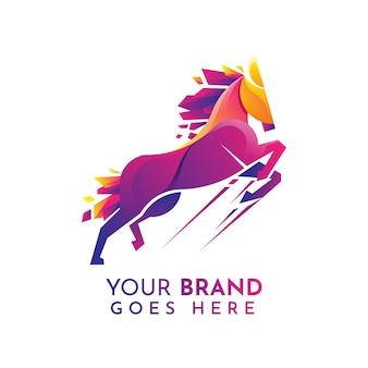 Modello di logo cavallo colorato e moderno