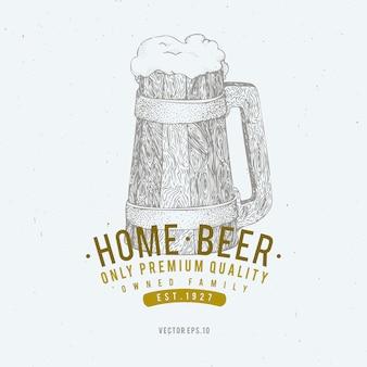 Modello di logo della birra. illustrazione disegnata a mano della tazza di birra di vettore.