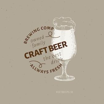 Modello di logo della birra. illustrazione disegnata a mano di vetro di birra di vettore.