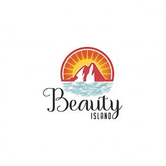 Modello di logo della spiaggia. stazione balneare, onde, montagne e sole su un'isola