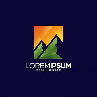 Modello di logo di montagna di avventura