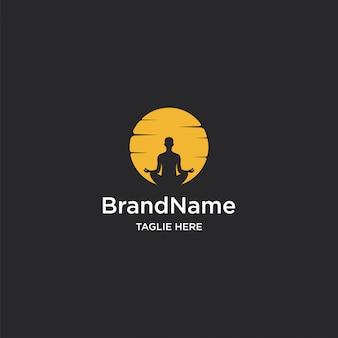 Modello di logo di yoga al tramonto