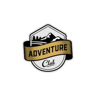 Modello di logo distintivo di montagna avventura