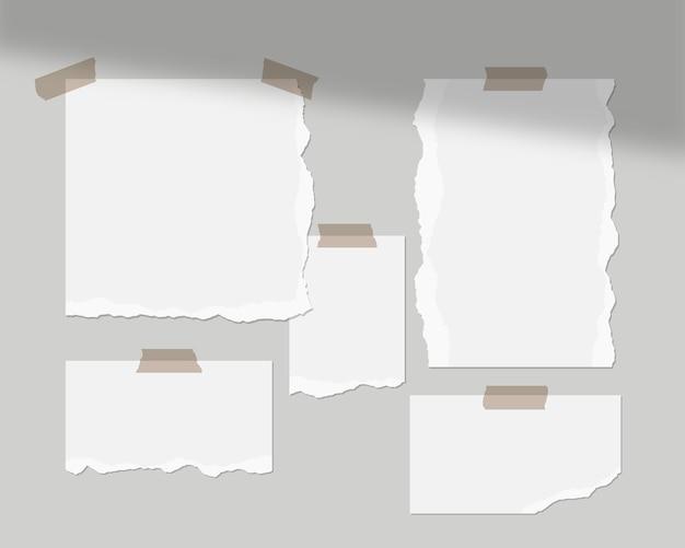 Modello di mood board. fogli vuoti di carta bianca sul muro con sovrapposizione di ombre. isolato. progettazione del modello. illustrazione realistica.